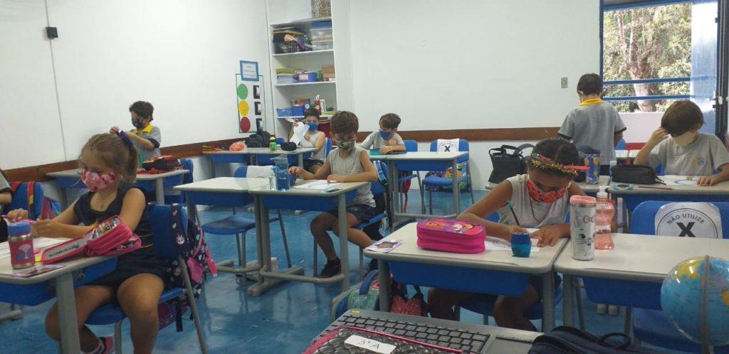 Alunos da Elementary School durante o primeiro dia de aula